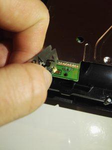 Skrap vekk gullbelegget på sensoren for å gjøre den mindre sensitiv.