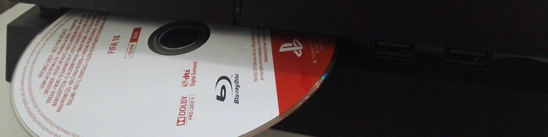 Playstation 4 med disc halvveis ute. (Foto: Håvard Hofstad Ruud)